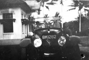 COLLECTIE_TROPENMUSEUM_Een_auto_een_Hudson_'BK-1282'_bij_een_woning_te_Medan_TMnr_60012511